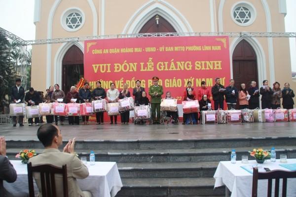 Đại tá Nguyễn Hồng Thái, Trưởng Công an quận Hoàng Mai và lãnh đạo phường Lĩnh Nam tặng quà cho đại diện một số gia đình giáo dân trong giáo xứ Nam Dư