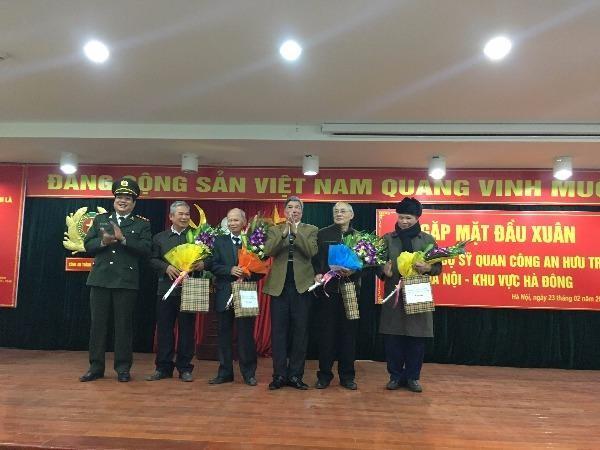 Thiếu tướng Lưu Quang Hợi (ngoài cùng bên trái) trao quà cho các sỹ quan công an hưu trí khu vực Hà Đông