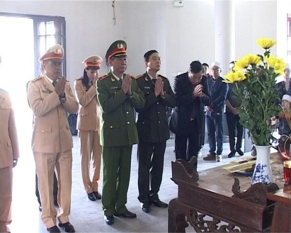 Thiếu tướng Đinh Văn Toản, Phó Giám đốc CATP Hà Nội cùng đoàn công tác đến viếng các nạn nhân