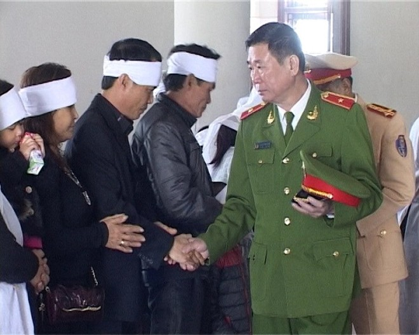 Đồng chí Thiếu tướng Đinh Văn Toản, Phó Giám đốc CATP Hà Nội ân cần động viên gia đình các nạn nhân