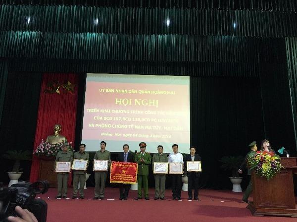 Thiếu tướng Đinh Văn Toản trao phần thưởng cho các cá nhân của quận Hoàng Mai có thành tích xuất sắc trong phong trào bảo vệ ANTQ