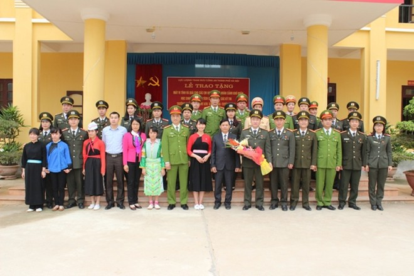 Đoàn công tác thăm và tặng quà Trường Phổ thông dân tộc nội trú ATK Sơn Dương