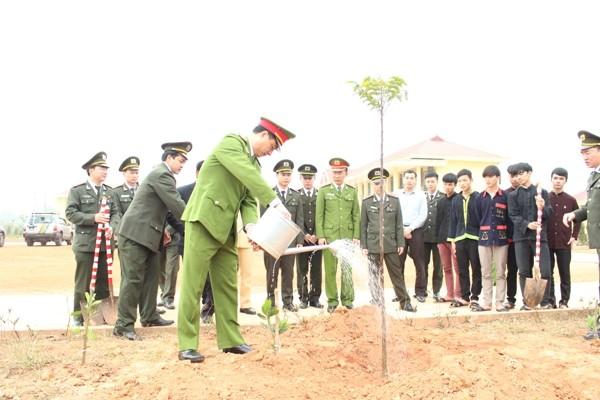 Đại tá Nguyễn Duy Ngọc, Phó Giám đốc CATP Hà Nội trồng cây lưu niệm tại Trường Phổ thông dân tộc nội trú ATK Sơn Dương
