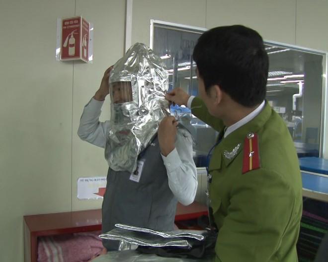 Cảnh sát PCCC hướng dẫn người lao động các biện pháp thoát nạn khi xảy cháy
