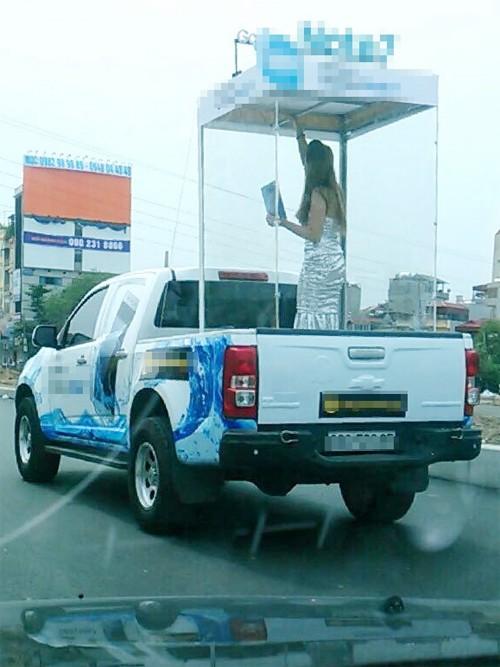 Hình ảnh chiếc xe bán tải chở cô gái nhốt trong lồng kính gây xôn xao dư luận