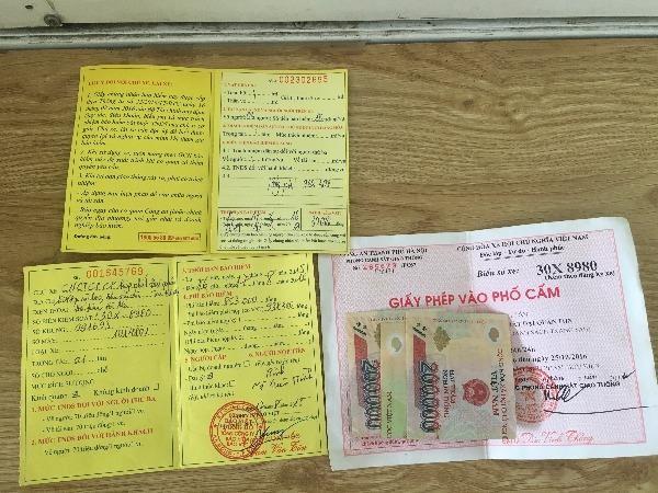 Lái xe kẹp tiền vào giấy tờ nhằm hối lộ lực lượng chức năng