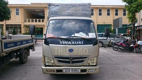 Chiếc xe ô tô tải in logo thư báo không đúng quy định