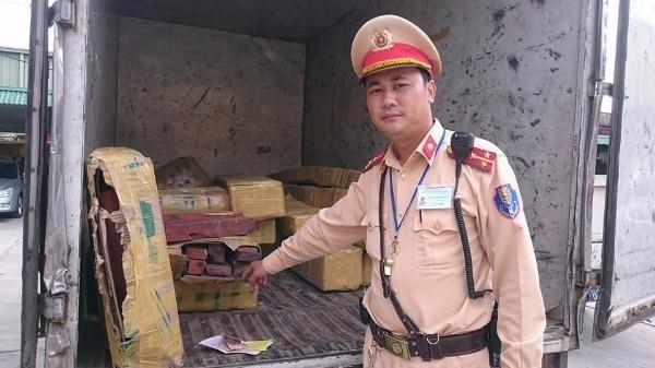 Thượng úy Hoàng Minh Trường kiểm tra số gỗ