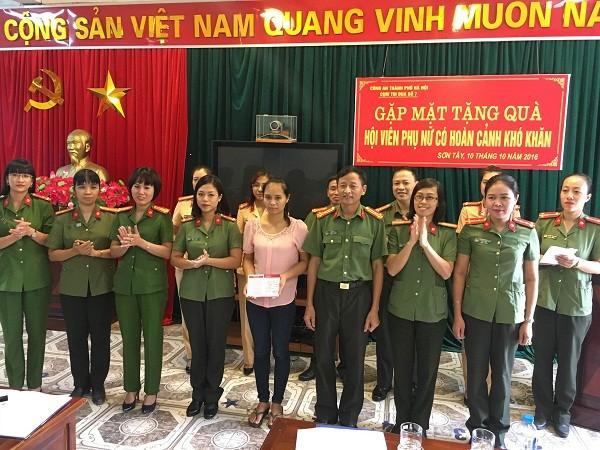 Hội Phụ nữ Cụm thi đua số 7 trao sổ tiết kiệm cho chị Nguyễn Thị Tuế, cán bộ Đồn Sơn Đà, CAH Ba Vì