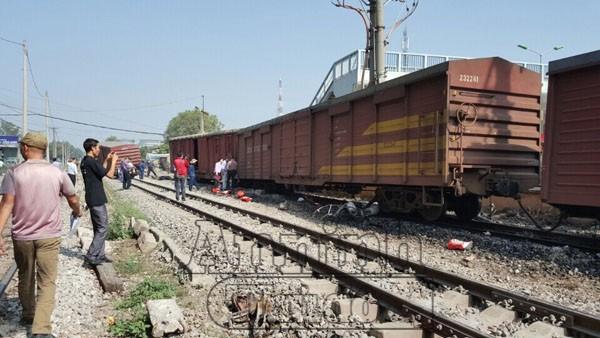7 toa cuối của tàu bị trật đường ray