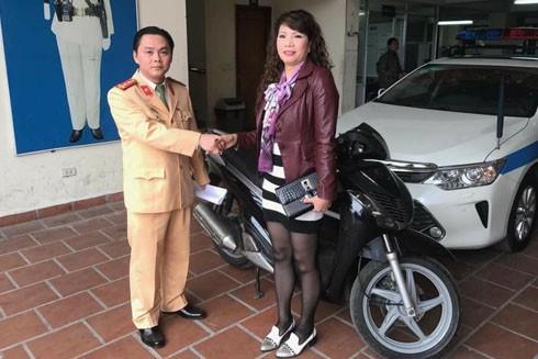 Chị Hà Kim Hoa vui mừng khi nhận lại chiếc xe