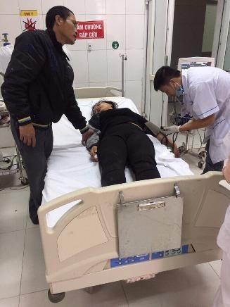Các bác sĩ cấp cứu cho chị Hằng tại bênh viện