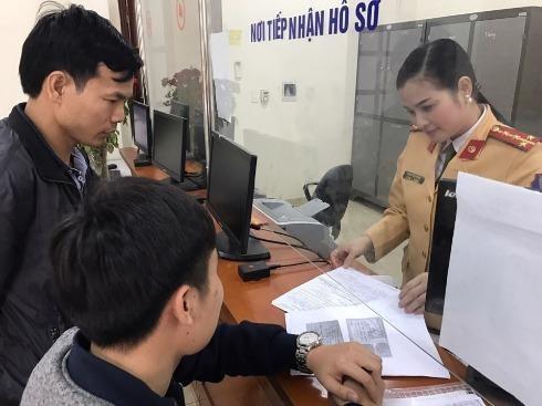Đại úy Phạm Thị Lan Anh hướng dẫn anh Thành hoàn thiện thủ tục nhận lại tài sản