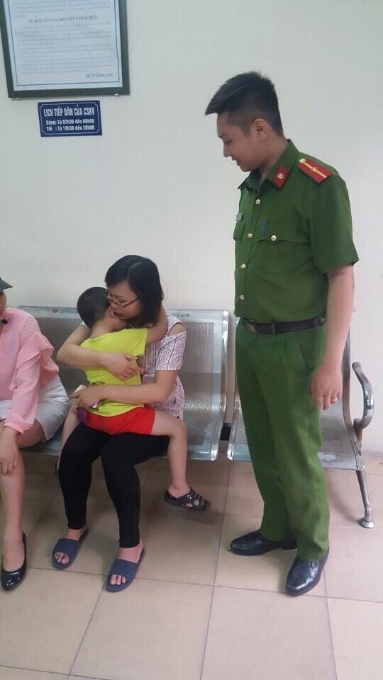 Chị Quỳnh nghẹn ngào hạnh phúc khi tìm được con trai