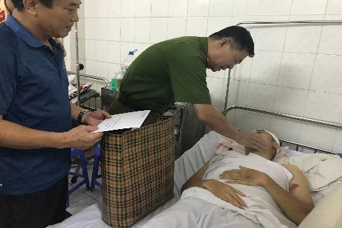 Thiếu tướng Đinh Văn Toản, Phó Giám đốc CATP Hà Nội chia sẻ, động viên Đại úy Phùng Tiến Dũng