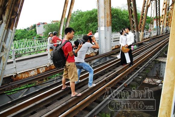 Với vẻ đẹp cổ kính, cầu Long Biên là địa điểm ưa thích chụp ảnh của nhiều thanh niên