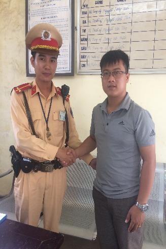 Anh Lộc cảm ơn sự giúp đỡ của các chiến sỹ của Đội CSGT số 11