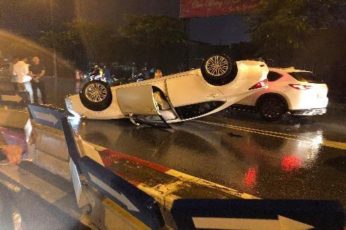 Đâm dải phân cách, xe sang Lexus lật ngửa giữa đường