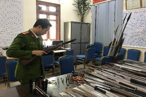 Qua 20 năm triển khai, Chương trình Quốc gia phòng chống tội phạm đã giúp kiềm chế được sự gia tăng của tội phạm (Ảnh minh hoạ: Vũ khí, hung khí thu giữ của các băng nhóm tội phạm)