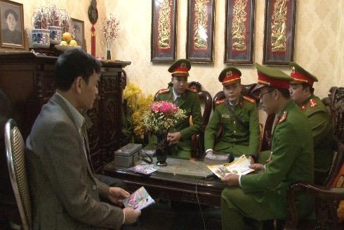 Cảnh sát khu vực tuyên truyền PCCC tại một hộ dân ở khu HH Linh Đàm