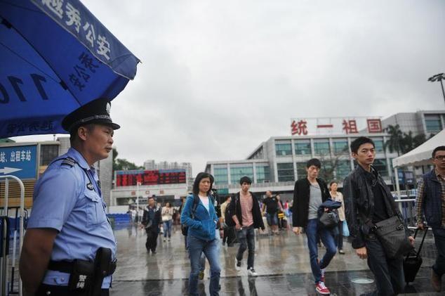Cảnh sát đứng gác bên ngoài nhà ga ở Quảng Châu
