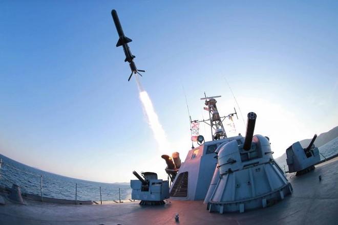 Một tên lửa được bắn đi từ tàu hải quân Triều Tiên trong một cuộc tập trận