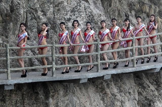 Thót tim với dàn người đẹp mặc bikini tạo dáng ở độ cao 2.000m ảnh 2