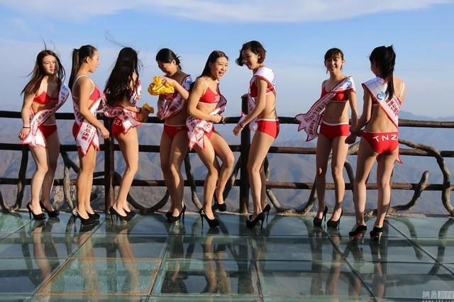 Thót tim với dàn người đẹp mặc bikini tạo dáng ở độ cao 2.000m