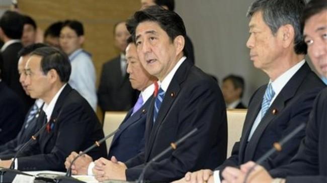 Thủ tướng Nhật Bản Shinzo Abe (giữa) trong một cuộc họp