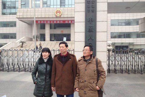 Ông Yu Yingsheng (giữa) đã phải ngồi tù oan vì tội giết vợ