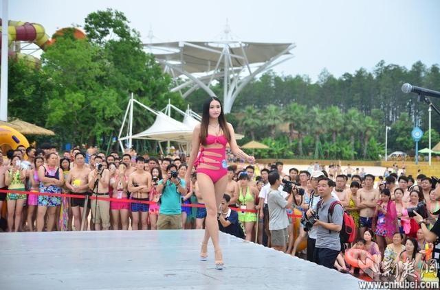 Hoa hậu bikini toàn cầu khoe đường cong gợi cảm