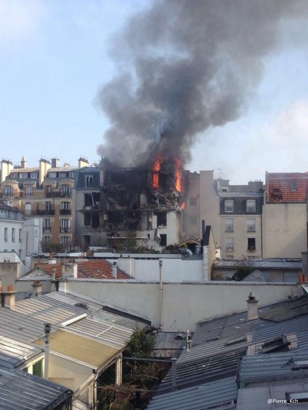 Lửa bốc lên từ tòa nhà chung cư ở Paris