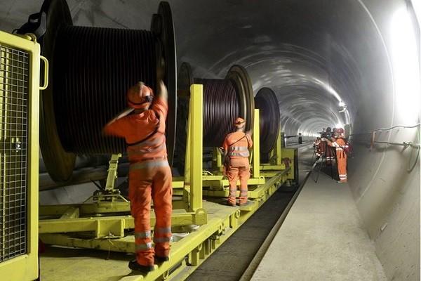 Các công nhân xây dựng bên trong đường hầm