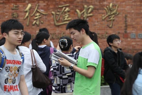 Hàng triệu thí sinh ở Trung Quốc bước vào kỳ thi đại học đầy căng thẳng hôm 7-6