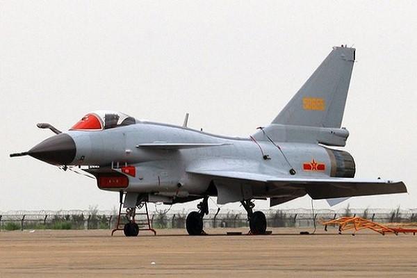 Máy bay tiêm kích J-10 của Trung Quốc bị tố chặn máy bay trinh sát RC-135 của Mỹ trên vùng biển quốc tế