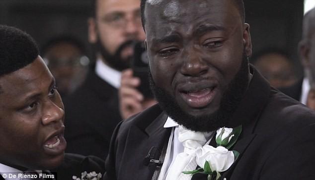 Chú rể không kìm được nước mắt trong lễ cưới