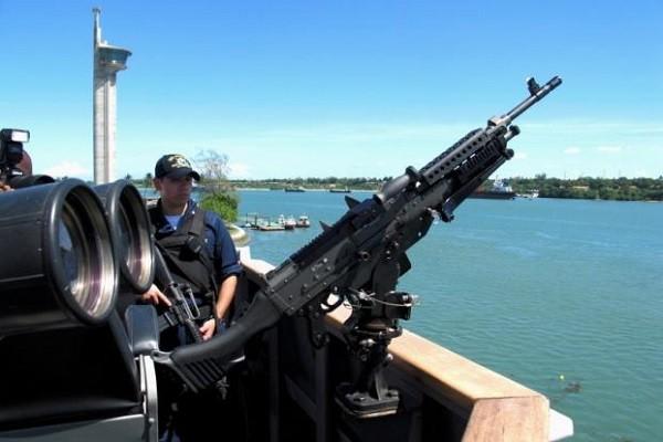 Một khẩu súng máy trên tàu khu trục USS Momsen của Hải quân Mỹ