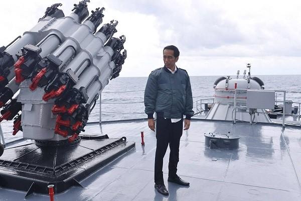 Ông Jokowi lên tàu chiến ra thăm quần đảo Natuna