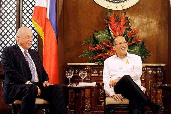 Tổng thống Philippines Aquino (trái) tiếp ông John Negroponte,