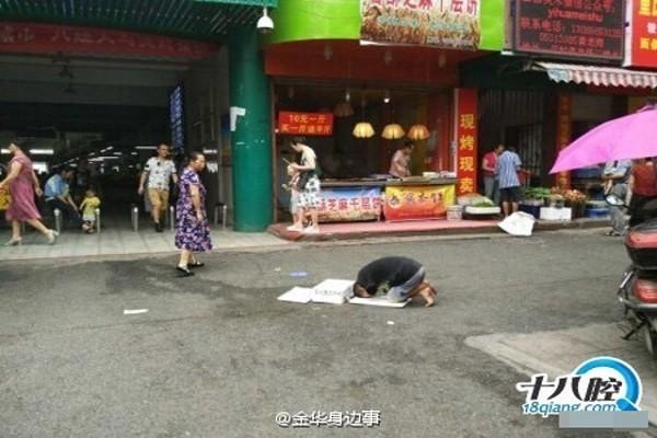 Người ăn xin quỳ rạp xuống đất bên ngoài chợ để xin tiền