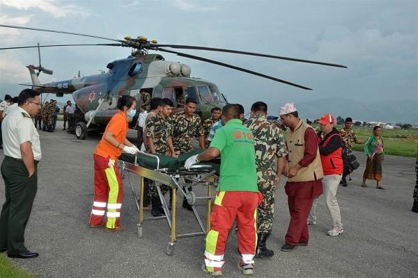Trực thăng đưa người bị thương đi cấp cứu