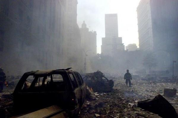 Một lính cứu hỏa đứng giữa đống đổ nát tại Trung tâm Thương mại thế giới ở New York ngày 11-9-2001