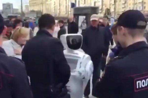 Promobot bị bắt tại một cuộc tuần hành chính trị ở Matxcơva