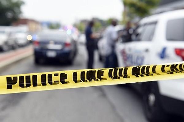 Các nhân viên thực thi pháp luật điều tra hiện trường vụ nổ bom