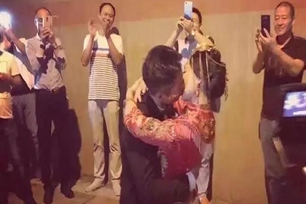 Cô dâu và chú rể làm lễ thành hôn trong đường hầm