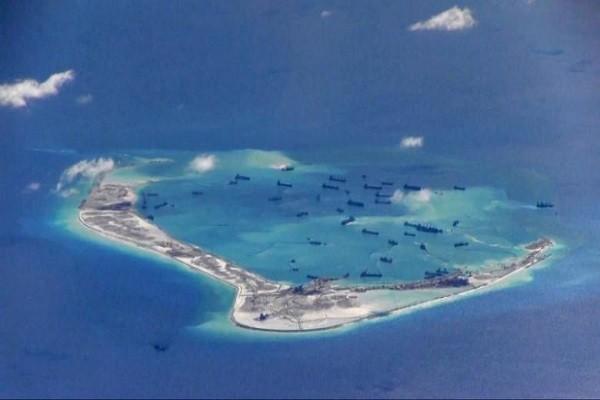 Tàu Trung Quốc bồi đắp trái phép đảo nhân tạo ở Biển Đông