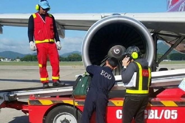 Nhân viên an ninh kiểm tra kỹ kiện đồ khả nghi