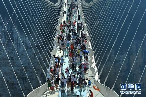 Rất đông du khách tới tham quan cầu kính cao nhất thế giới