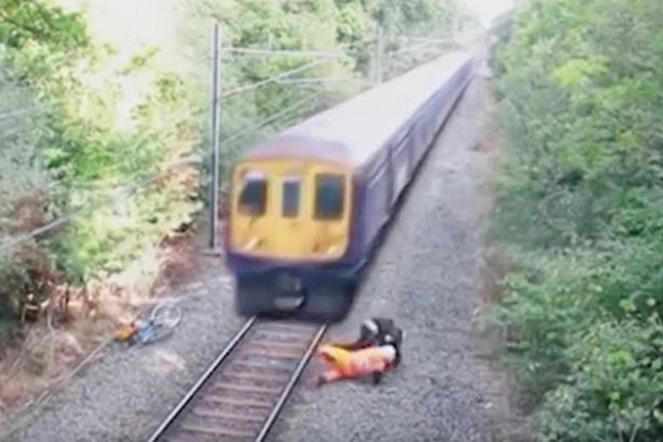 Hai người suýt bị đoàn tàu đâm vào