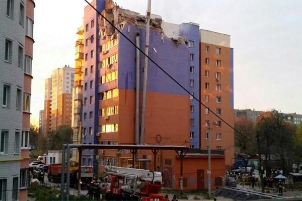 Một số tầng phía trên của tòa nhà bị sập do vụ nổ